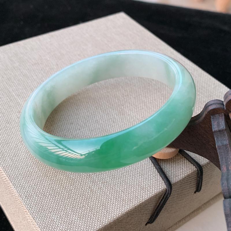 天然A货翡翠_水润飘绿翡翠正圈手镯59.4mm,料子细腻,水润秀气,色彩鲜艳,条形优雅,上手效果好