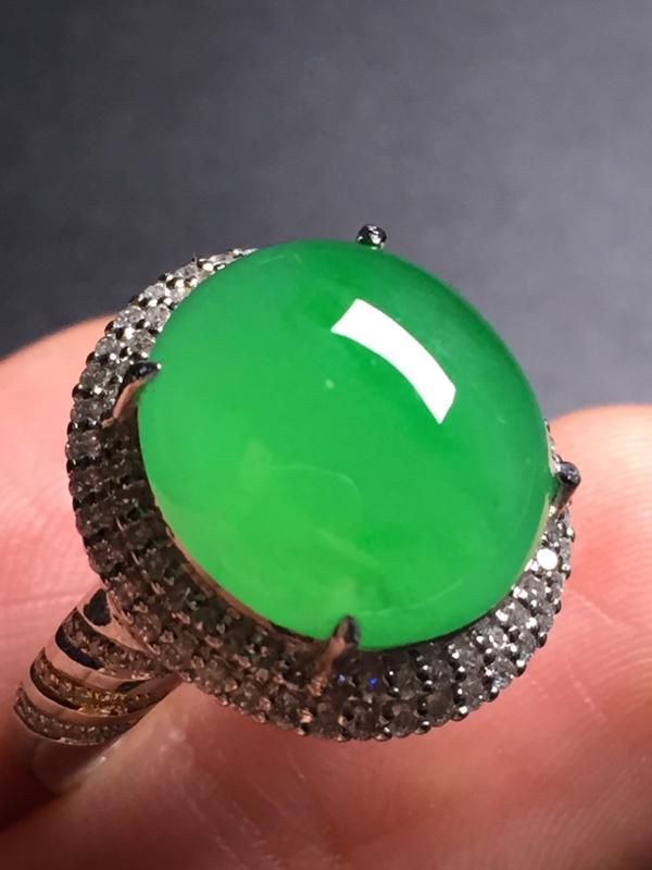翡翠A货,阳绿蛋面戒指,18k真金真钻镶嵌,完美,种水超好,玉质细腻。整体尺寸:17.9*17.2*
