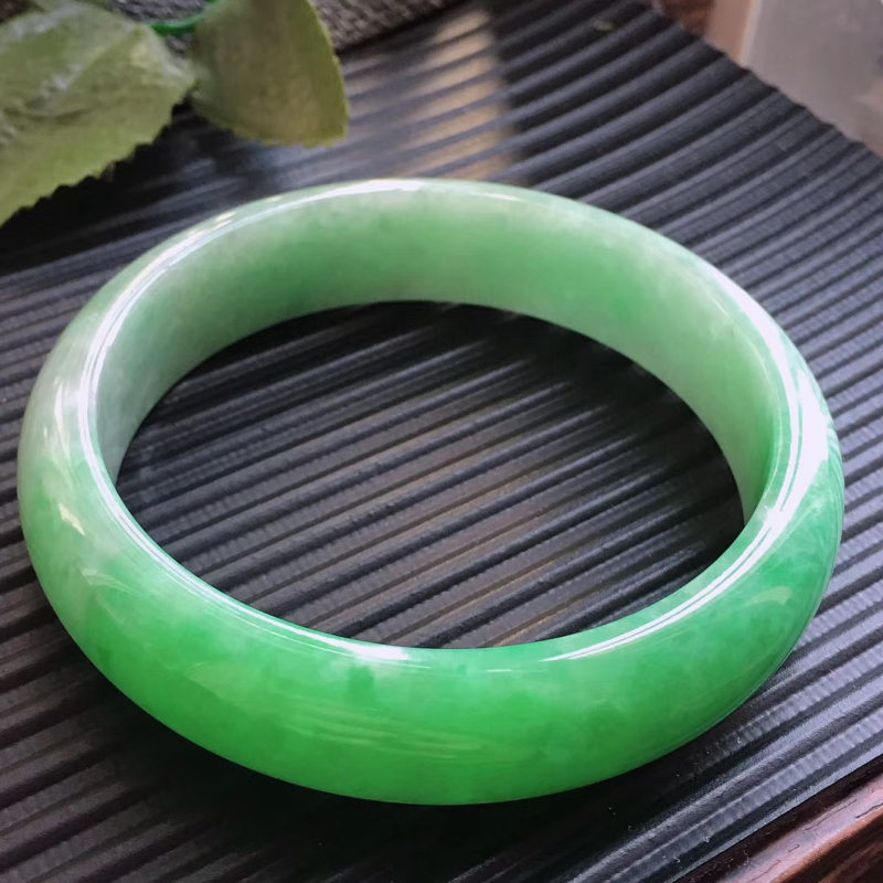 天然翡翠A货,规格57.2/13.8/7.2,起光老坑种飘绿正圈手镯,颜色鲜艳,上手好看