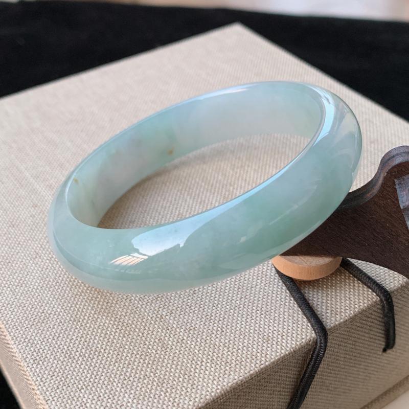 天然A货翡翠_水润翡翠正圈手镯55.3mm,料子细腻,水润秀气,色彩鲜艳,条形优雅,上手效果好