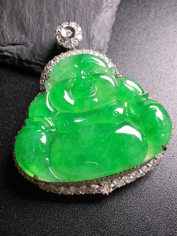 翡翠A货,阳绿佛公吊坠,18k金伴钻镶嵌,完美,种水超好,性价比高。整体尺寸:44.5*40.2*1