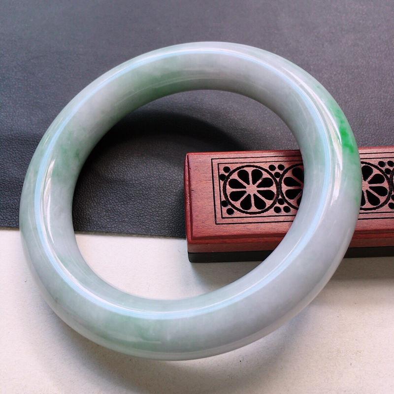 缅甸翡翠56圈口带绿圆条手镯,自然光实拍,颜色漂亮,玉质莹润,佩戴佳品,尺寸:56.4*12.7*1