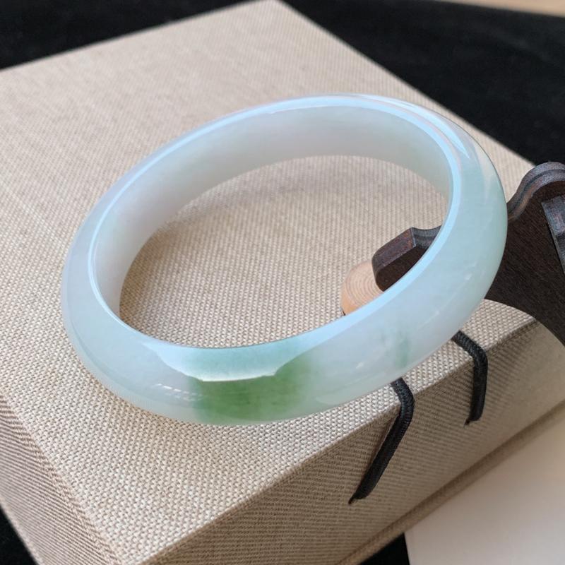 天然A货翡翠_水润飘绿翡翠正圈手镯57mm,料子细腻,水润秀气,色彩鲜艳,条形优雅,上手效果好
