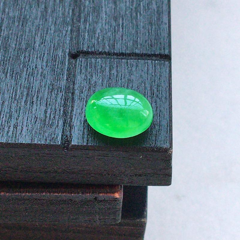 自然光实拍,缅甸a货翡翠,阳绿蛋面,种好细腻,玉质莹润,颜色漂亮,镶嵌效果好