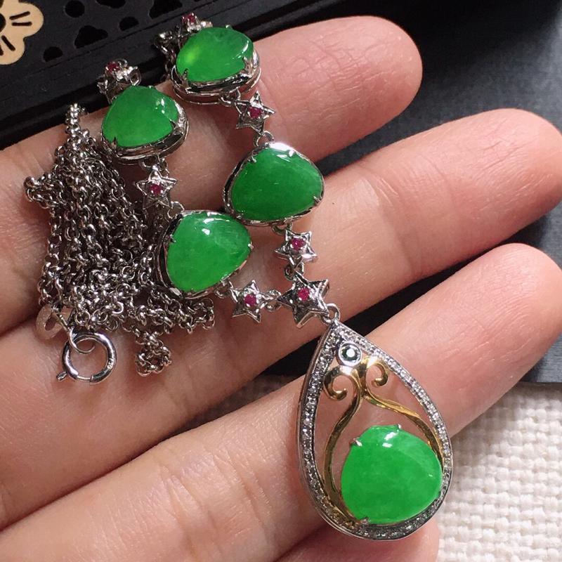 缅甸翡翠18k金围钻镶嵌满绿项链,自然光实拍,颜色漂亮,玉质莹润,佩戴佳品,裸石尺寸:8.8*9.4