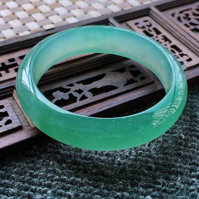 冰种蓝水正装手镯、圈口55/14.1/7.1、玉质细腻水润,条形大方,种水好,佩戴效果极佳