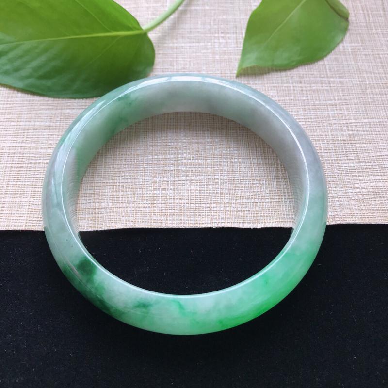 正圈:59.3。天然翡翠A货。糯化种飘绿手镯。色泽鲜艳,佩戴奢华优雅。尺寸:59.3*13.7*7.