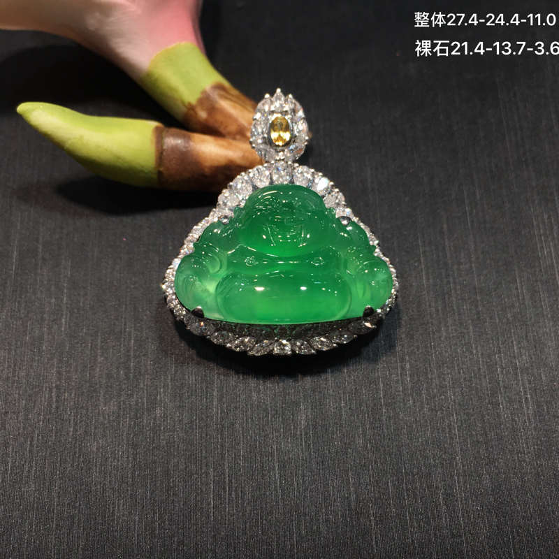 18K金钻石镶嵌冰种阳绿佛公吊坠,冰透水润,颜色果绿色,甜美清新,雕工精美,款式新颖,佩戴效果非常好