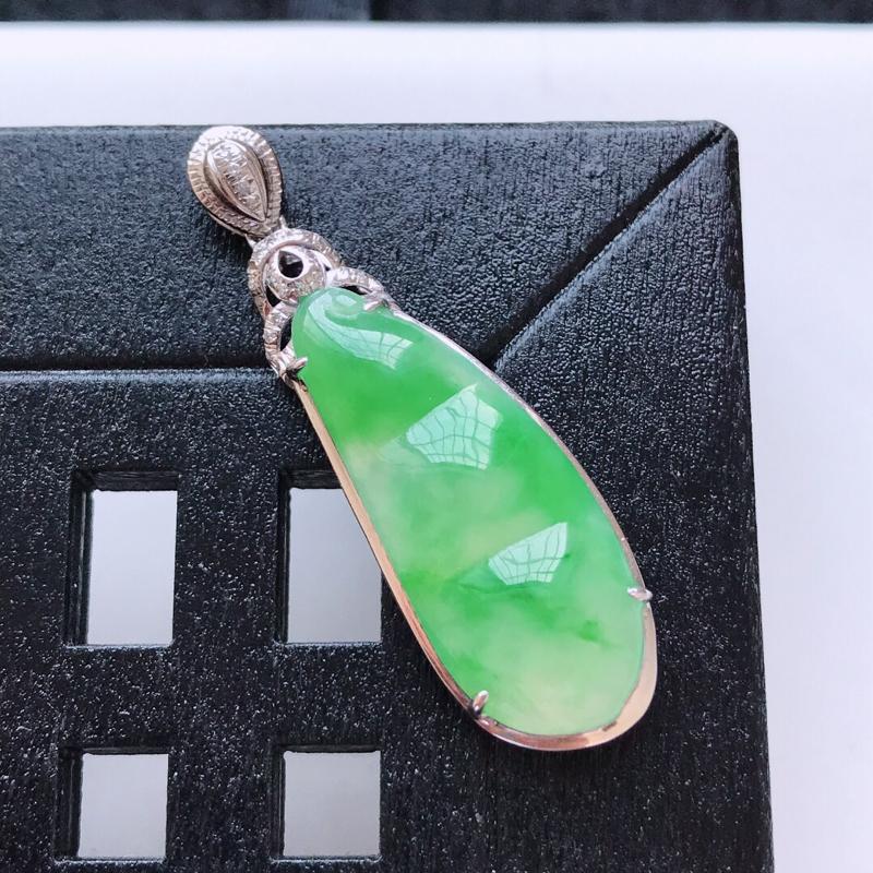 天然翡翠A货。冰糯种飘绿福豆吊坠,18K金镶嵌伴钻。水润通透,色泽鲜艳。镶金尺寸:36.5*11.3