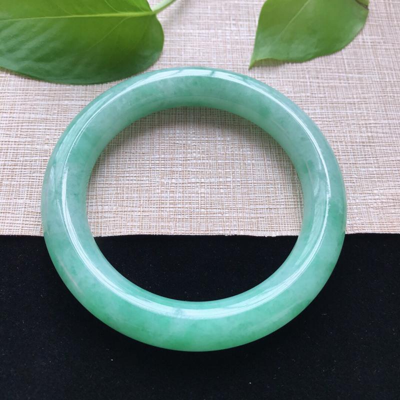 圆条:54。天然翡翠A货。糯化种满绿圆条手镯。玉质细腻,佩戴清秀优雅。尺寸:54*10.8mm