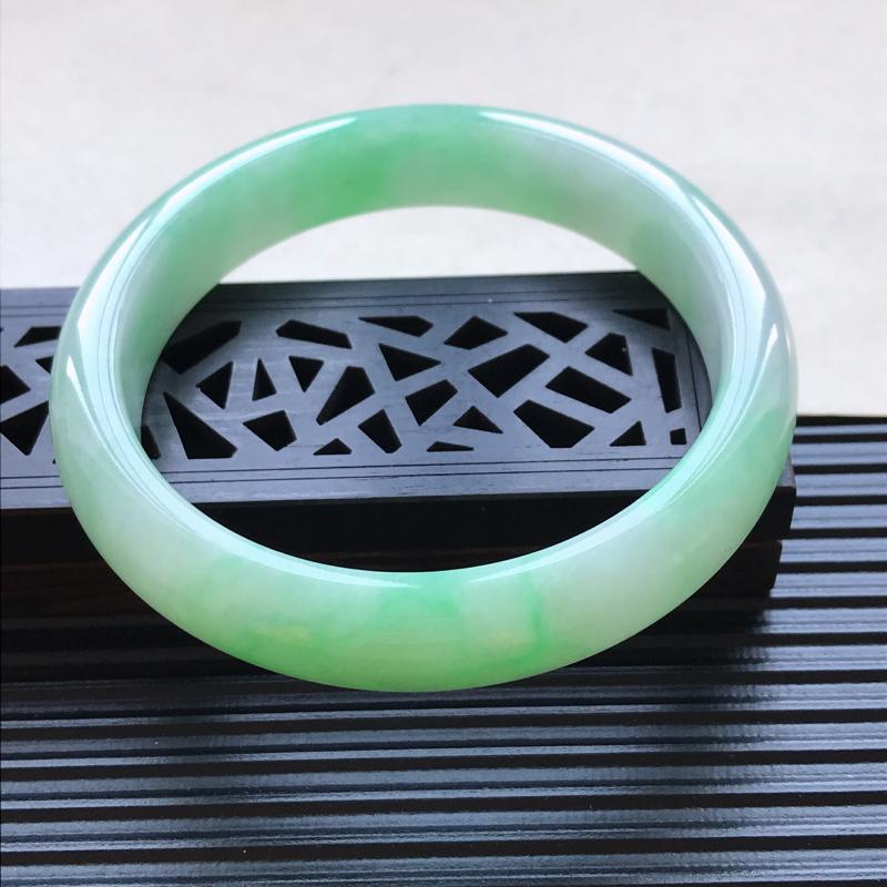 天然翡翠A货细糯种飘绿正圈手镯,尺寸63.3-13.2-8.2mm,玉质细腻,