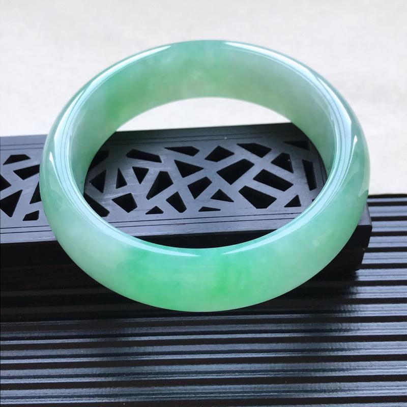 天然翡翠A货细糯种飘绿正圈手镯,尺寸57.9-16.6-8.3mm,有纹玉质细腻