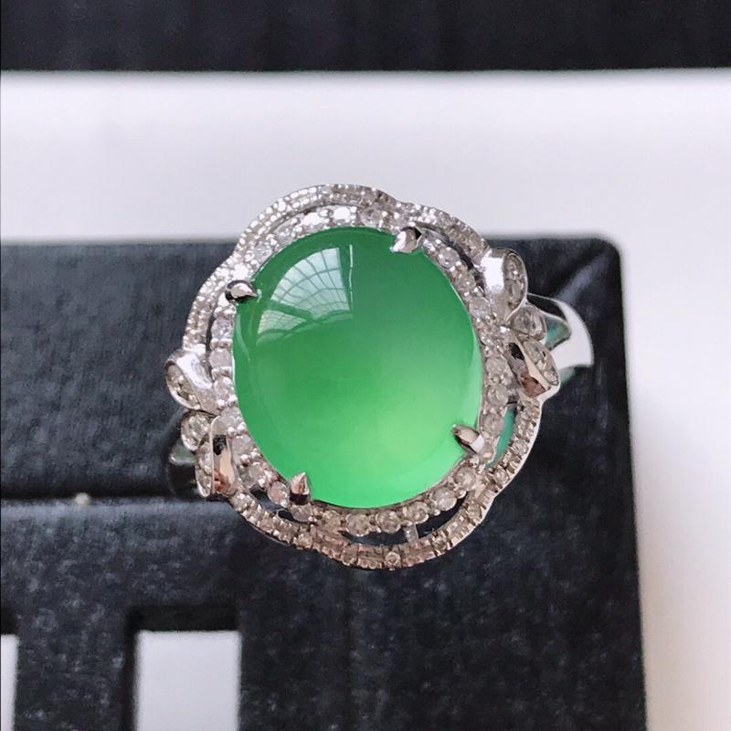 天然翡翠A货。冰种浅绿蛋面戒指。圈口:17mm。18K金镶嵌伴钻。水润通透,色泽鲜艳。镶金尺寸:15
