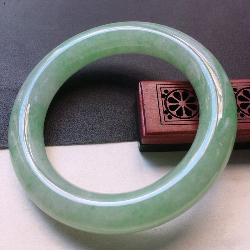 缅甸翡翠57圈口浅绿圆条手镯,自然光实拍,颜色漂亮,玉质莹润,佩戴佳品,尺寸:57.5*12.4*1
