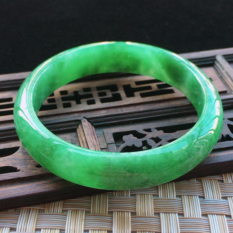 豆种满绿正装手镯,圈口57/12.9/7.1玉质细腻水润,条形大方,种水好,佩戴效果极佳