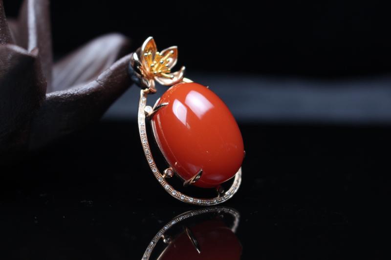 【吊坠】樱桃红蛋面吊坠,立体饱满颜色艳丽,甜美可人,采用18k玫瑰金镶嵌精致扣头,更显独特大气,整体
