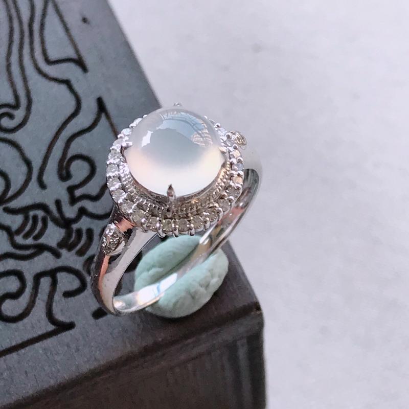 冰种蛋面翡翠戒指,整体尺寸11.0-8.9mm裸石尺寸7.5-3.5mm圈口16.7mm质地细腻,冰