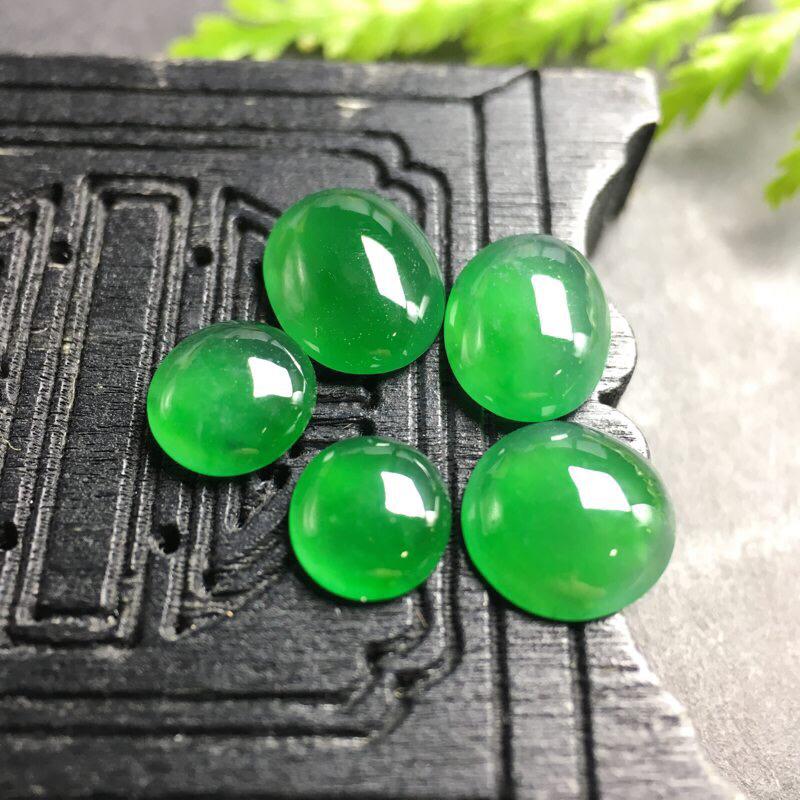 ❤️满绿蛋面裸石:种老水足,色泽漂亮,干净起光,圆润饱满,可镶嵌成手链、戒指或耳钉,镶嵌效果翻番。