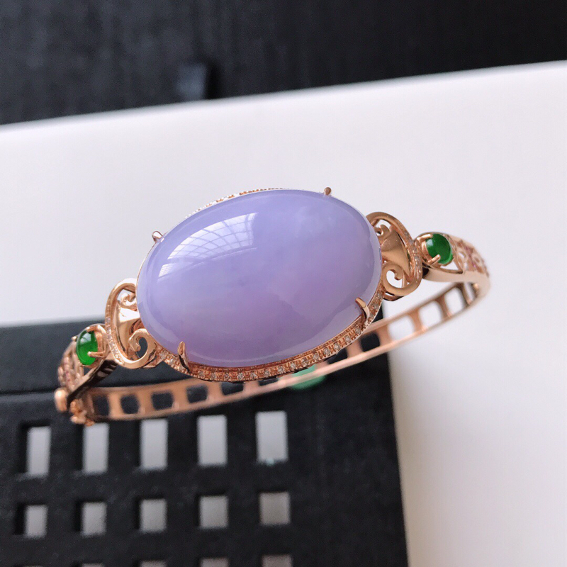天然翡翠A货。糯化种茄紫鸽子蛋手镯,圈口:57.5mm。18K金镶嵌伴钻。玉质细腻,色泽鲜艳。镶金尺