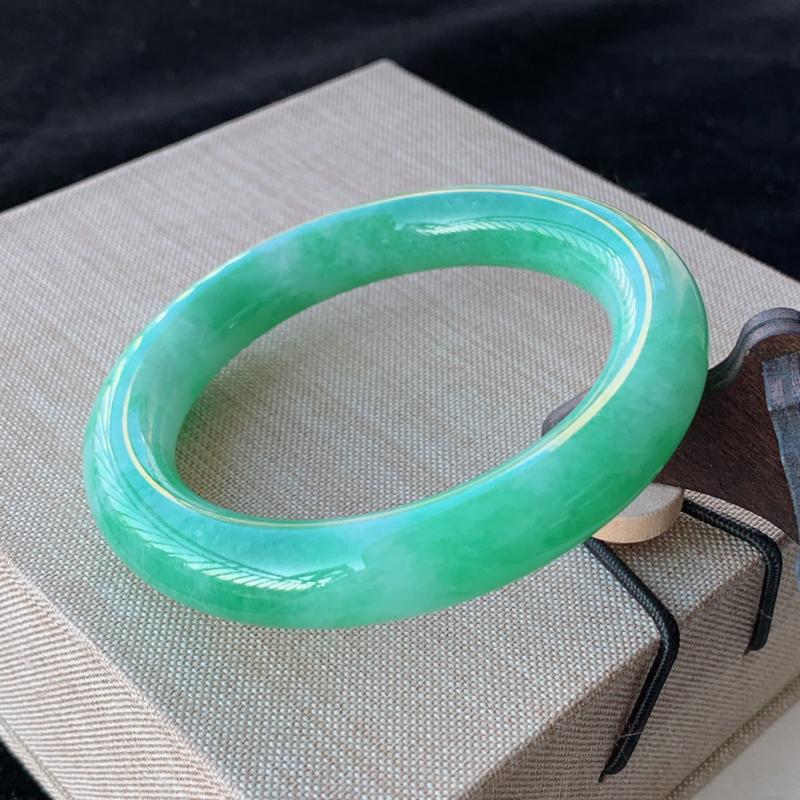 天然A货翡翠_水润阳绿翡翠正圈手镯55mm,料子细腻,水润秀气,色彩鲜艳,条形优雅,上手效果好