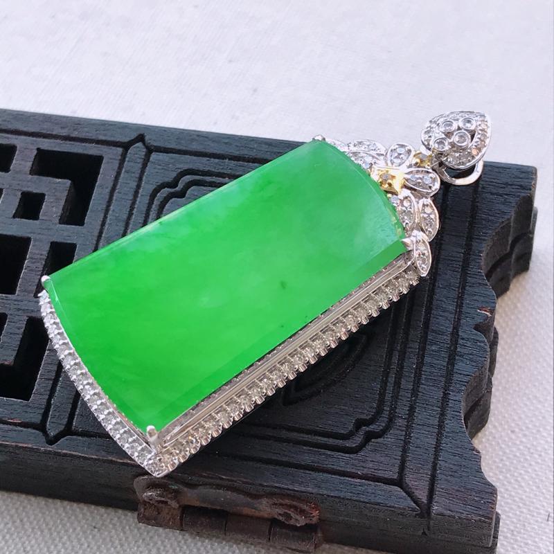 阳绿无事牌翡翠吊坠,整体尺寸43.6-20.4-8.1mm裸石尺寸29.2-16.3-3.0mm-沁