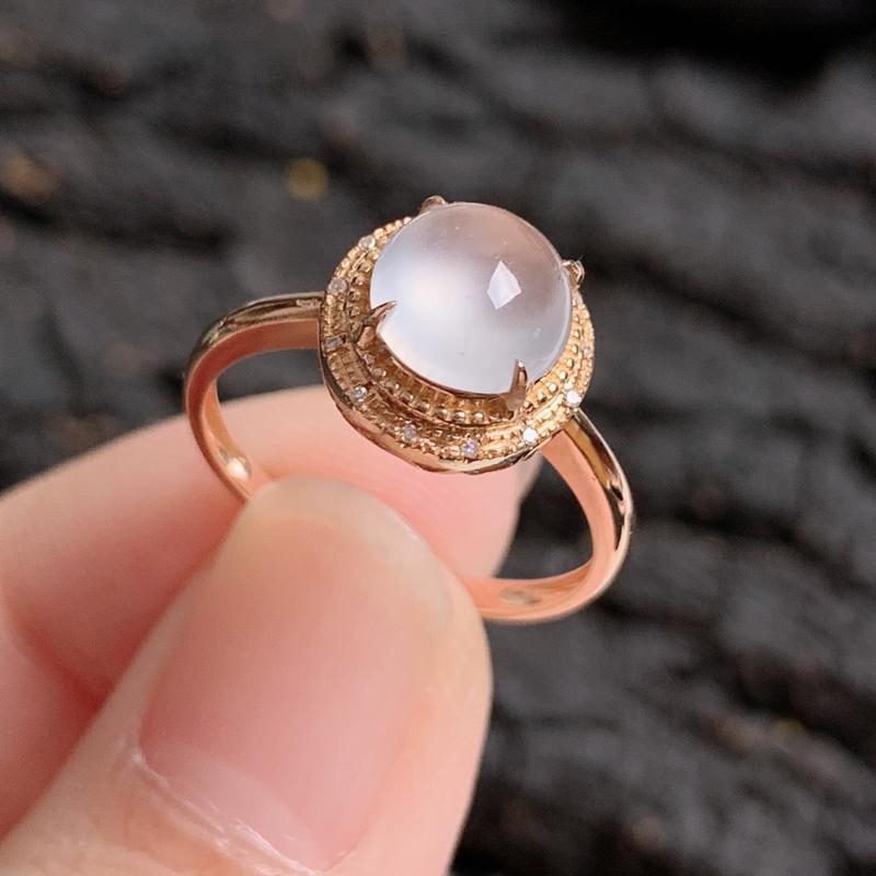 天然翡翠A货-冰润18K金镶嵌蛋面戒指,种好,玉质细腻,水头饱满,形体漂亮,水润精致,上手效果极佳,