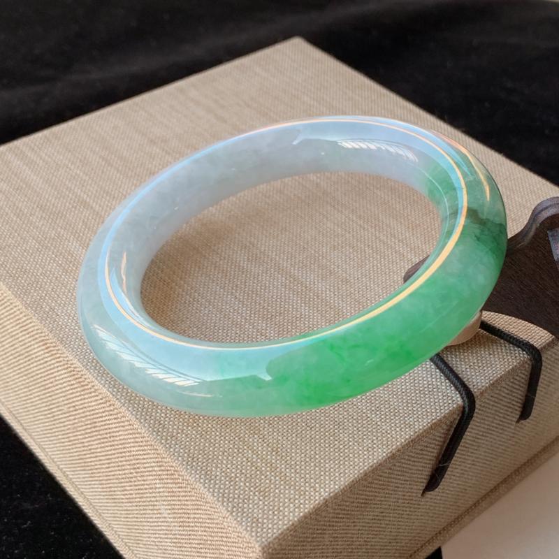 天然A货翡翠_水润飘绿翡翠圆条手镯58.5mm,料子细腻,水润秀气,色彩鲜艳,条形优雅,上手效果好