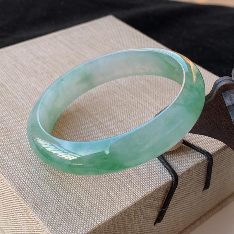天然A货翡翠_水润飘绿翡翠正圈手镯57.2mm,料子细腻,水润秀气,色彩鲜艳,条形优雅,上手效果好