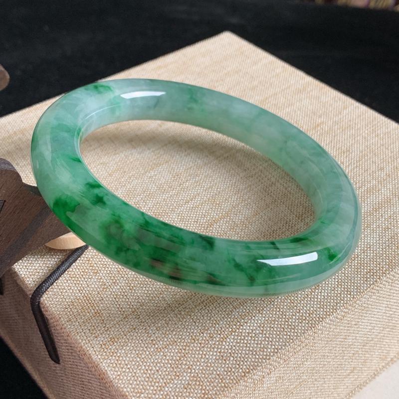 天然A货翡翠_水润飘绿翡翠圆条手镯60.5mm,大圈口,料子细腻,水润秀气,色彩鲜艳,条形优雅,上手