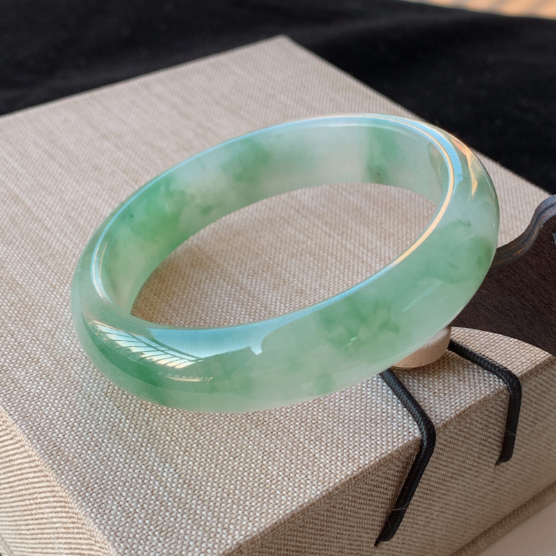 天然A货翡翠_水润飘绿翡翠正圈手镯56.1mm,料子细腻,水润秀气,色彩鲜艳,条形优雅,上手效果好