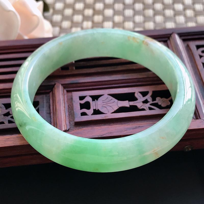 自然光拍摄 圈口57.5mm 糯种飘绿正圈手镯C196 玉质细腻水润,条形大方,高贵优雅,端庄大气