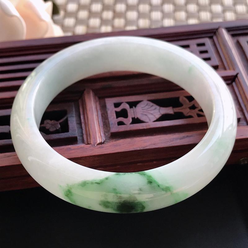 自然光拍摄 圈口56.7mm 糯种飘绿正圈手镯C122 玉质细腻水润,条形大方,高贵优雅,端庄大气