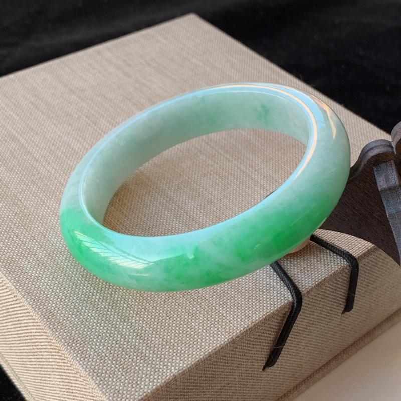 天然A货翡翠_水润飘绿翡翠正圈手镯55mm,料子细腻,水润秀气,色彩鲜艳,条形优雅,上手效果好