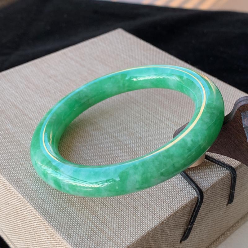 天然A货翡翠_满色阳绿翡翠圆条手镯55.9mm,料子细腻,色泽艳丽,色阳青翠,条形优雅,上手效果好