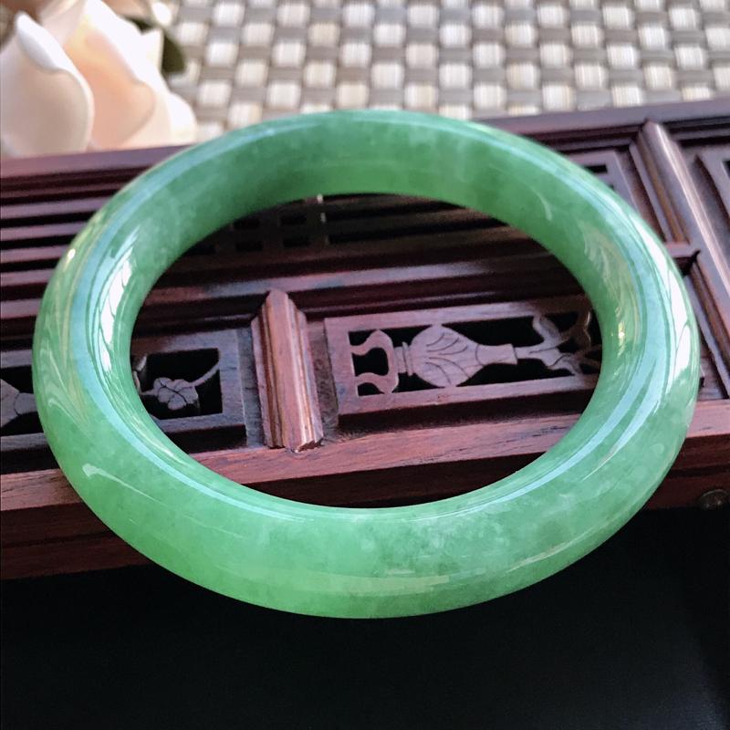 自然光拍摄 圈口57mm 糯种满绿圆条手镯C62 玉质细腻水润,条形大方,高贵优雅,端庄大气 温馨提