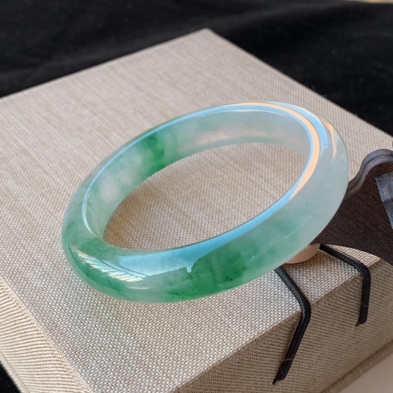 天然A货翡翠_冰润飘绿翡翠正圈手镯53.6mm,料子细腻,水润秀气,色彩鲜艳,条形优雅,上手效果好