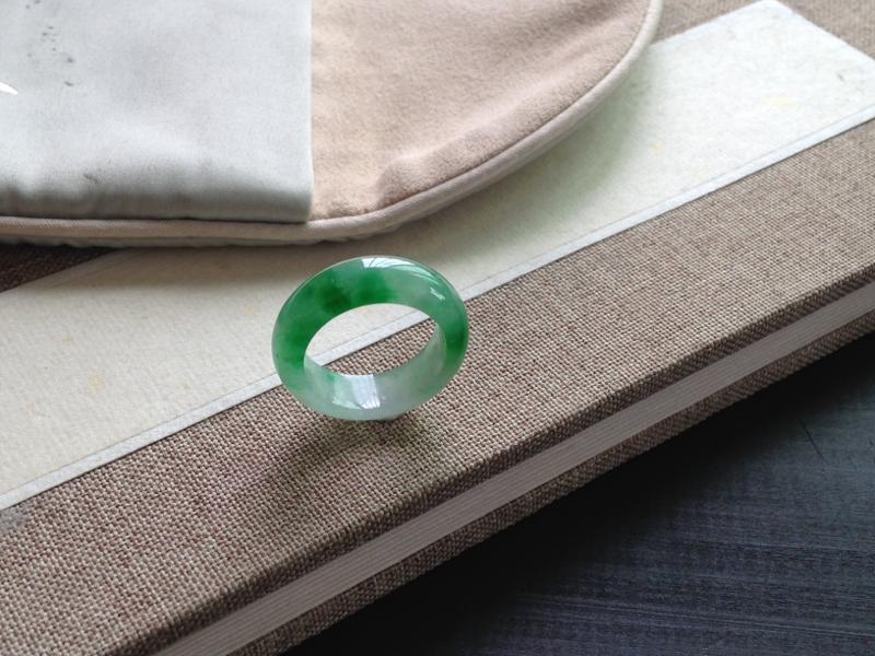 阳绿指环,翠绿养眼,温润种好,有天然矿点,上手不明显,尺寸:6.1-3.6mm,指圈11可戴