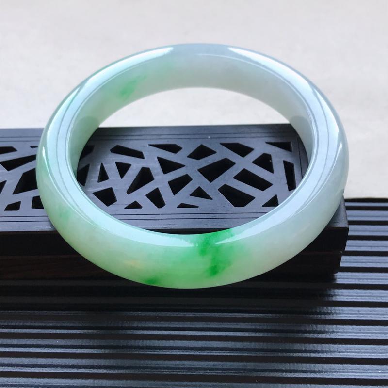 天然翡翠A货细糯种飘绿正圈手镯,尺寸56.4-11.4-8.7mm,玉质细腻,种水