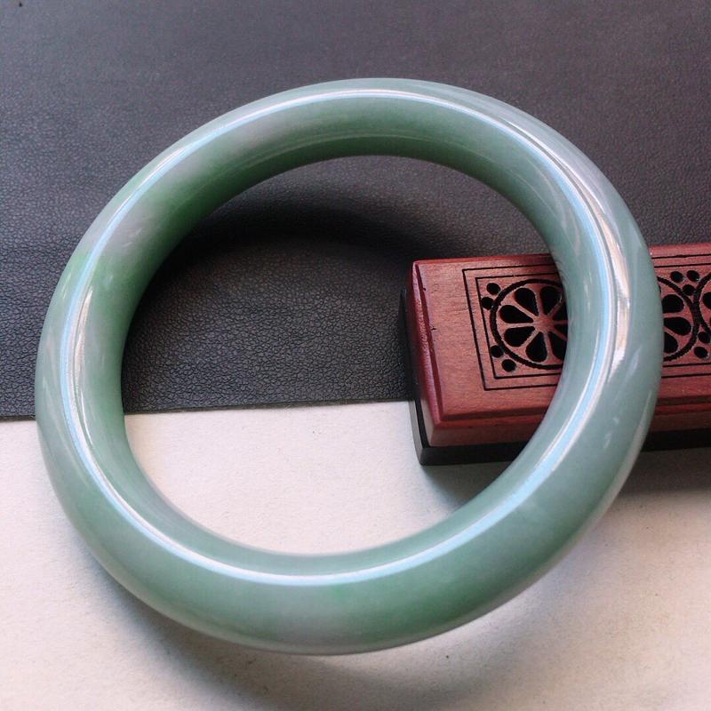 缅甸翡翠57圈口圆条手镯,自然光实拍,颜色漂亮,玉质莹润,佩戴佳品,尺寸:57.1*11.0*10.