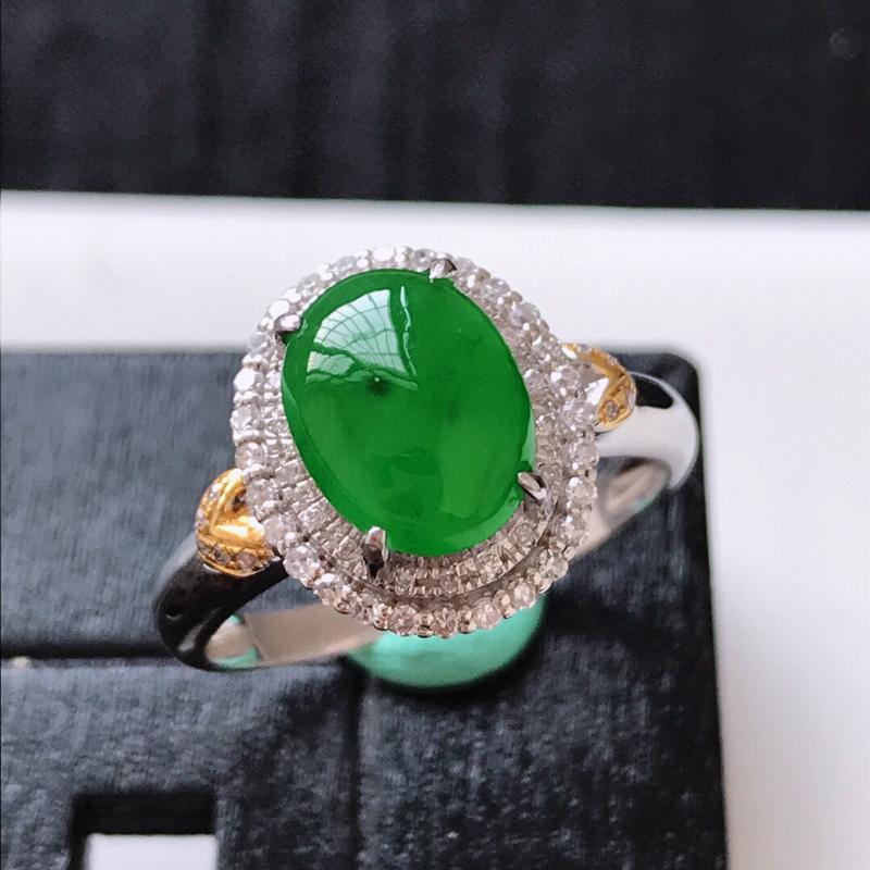 天然翡翠A货。冰糯种阳绿蛋面戒指。圈口:17mm。18K金镶嵌伴钻。水润通透,色泽鲜艳。镶金尺寸:1