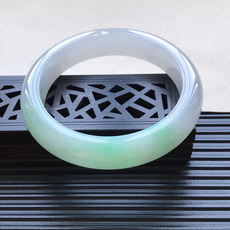天然翡翠A货细糯种飘绿正圈手镯,尺寸59.6-13.7-9.2mm,玉质细腻,种水好