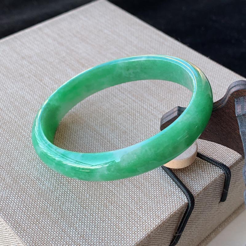 天然A货翡翠_水润满绿翡翠贵妃手镯54.6mm,适合正圈52mm的佩戴,料子细腻,水润秀气,色彩鲜艳