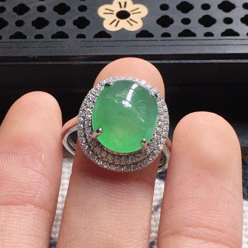 缅甸翡翠18圈口18k金围钻豪华镶嵌浅绿蛋面戒指,自然光实拍,颜色漂亮,玉质莹润,佩戴佳品,内径:1