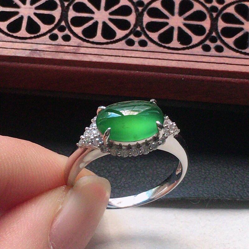 缅甸翡翠16圈口18k金围钻镶嵌浅绿蛋面戒指,自然光实拍,颜色漂亮,玉质莹润,佩戴佳品,内径:16.