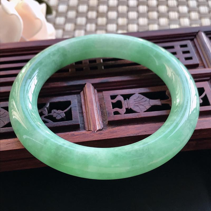 自然光拍摄 圈口53.4mm 糯种飘绿圆条手镯C149 玉质细腻水润,条形大方,高贵优雅,端庄大气
