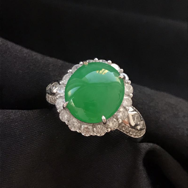 天然翡翠A货,满绿戒指,料子细腻,冰透水润,色泽鲜艳,饱满大气,18K金伴钻镶嵌,性价比高