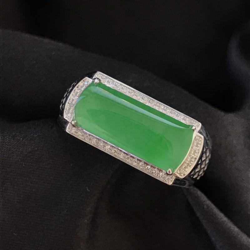 天然翡翠A货,阳绿马鞍戒指,料子细腻,冰透水润,色泽鲜艳,饱满大气,18K金伴钻镶嵌,性价比高