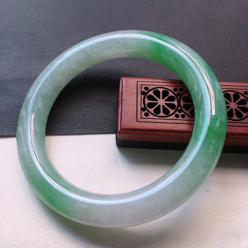缅甸翡翠55圈口浅绿圆条手镯,自然光实拍,颜色漂亮,玉质莹润,佩戴佳品,尺寸:55.0*10.1*1