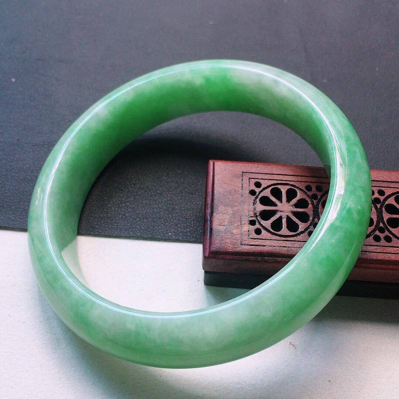 缅甸翡翠56圈口浅绿正圈手镯,自然光实拍,颜色漂亮,玉质莹润,佩戴佳品,尺寸:56.7*14.7*7