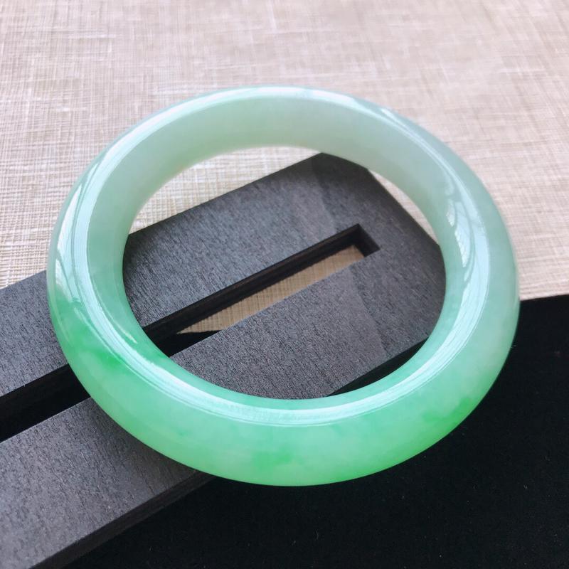 圆条:54.5。天然翡翠A货。糯化种飘绿圆条手镯。玉质莹润,佩戴优雅大气。尺寸:54.5*11.6m